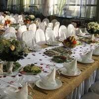 разноцветные бумажные цветы в интерьере праздничного зала картинка