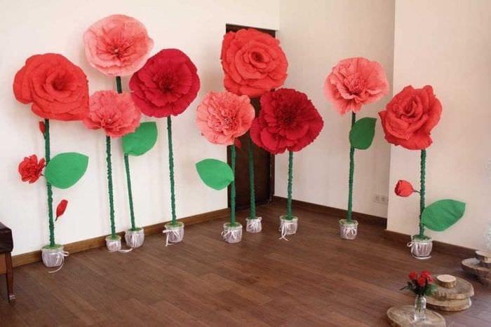 красные бумажные цветы в фасаде праздничного зала