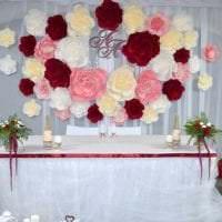 белые бумажные цветы в оформлении зала фото