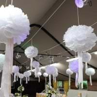 розовые бумажные цветы в дизайне праздничного зала картинка