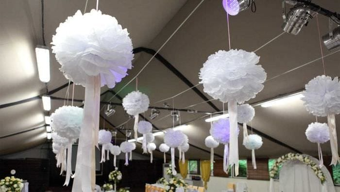 голубые бумажные цветы в дизайне праздничного зала