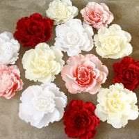 красные бумажные цветы в фасаде праздничного зала фото