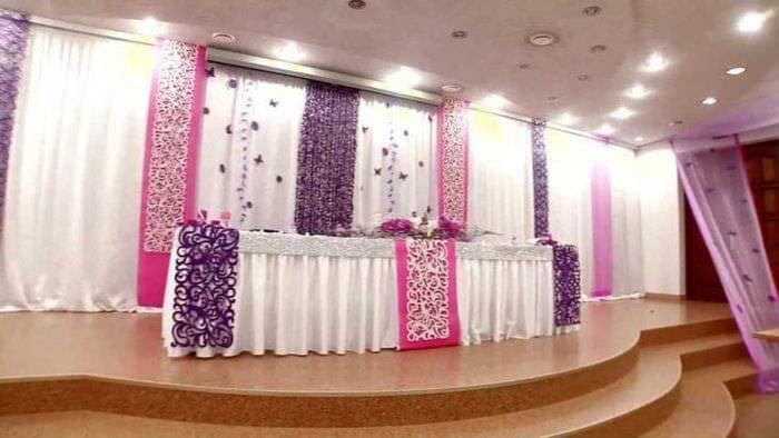 синие бумажные цветы в декоре праздничного зала