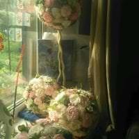 разноцветные бумажные цветы в оформлении зала фото
