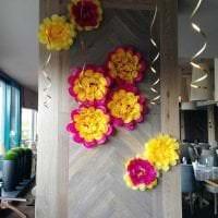 розовые бумажные цветы в декоре праздничного зала картинка