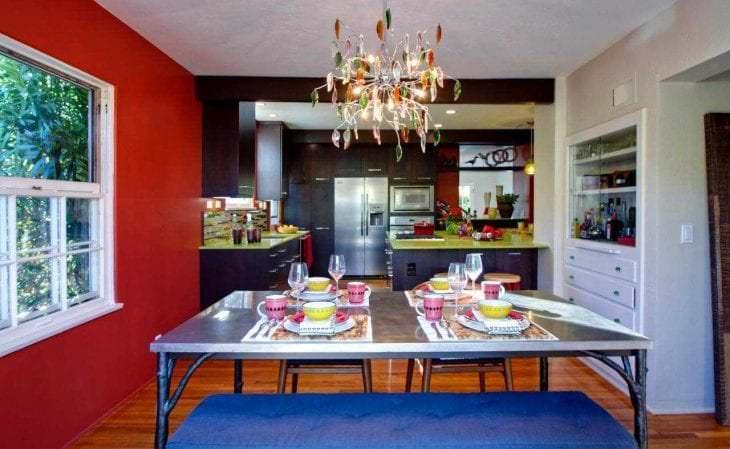 сочетание красного с другими цветами в интерьере гостиной