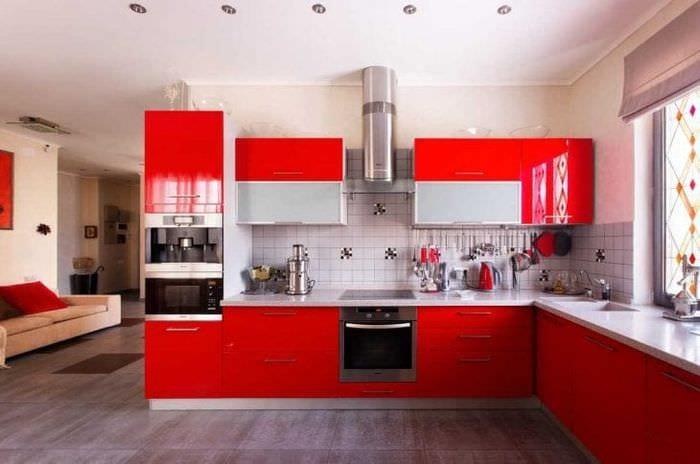комбинирование красного с другими цветами в интерьере гостиной