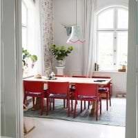 комбинирование красного с другими цветами в стиле гостиной картинка