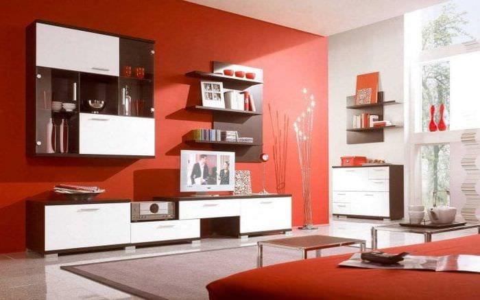 комбинирование красного с другими цветами в дизайне коридора