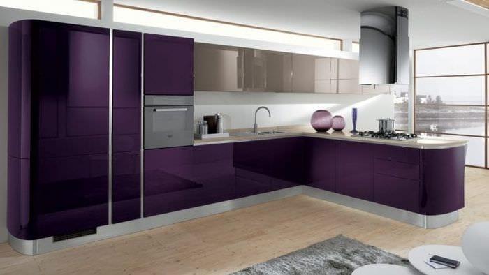 светлый фасад кухни в фиолетовом оттенке