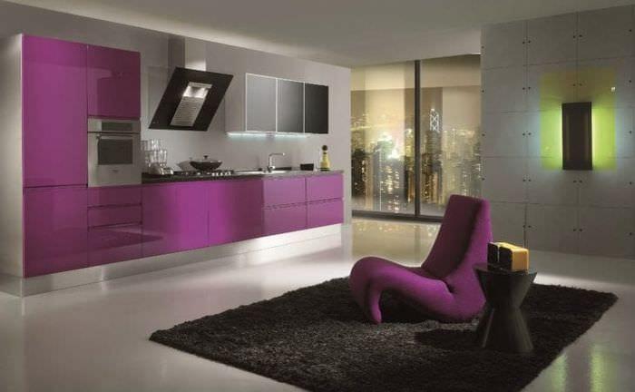 современный интерьер кухни в фиолетовом цвете