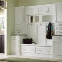 светлая белая мебель в декоре прихожей картинка