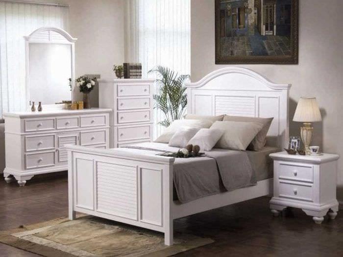 яркая белая мебель в интерьере кухни