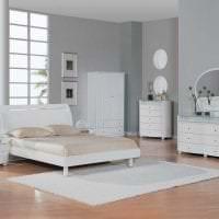 яркая белая мебель в дизайне гостиной картинка