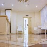 яркая белая мебель в стиле гостиной картинка