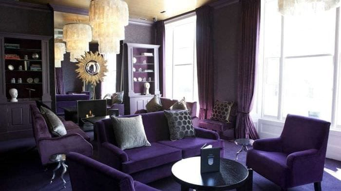 необычный стиль гостиной в фиолетовом цвете