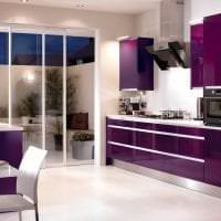 необычный фасад кухни в фиолетовом оттенке картинка