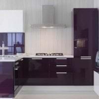 светлый интерьер кухни в фиолетовом цвете фото