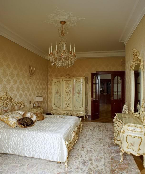 яркий дизайн гостиной в стиле барокко