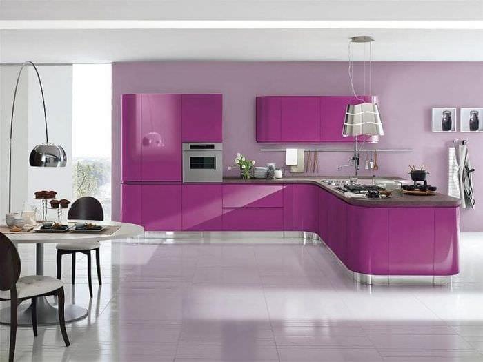 светлый дизайн кухни в фиолетовом цвете