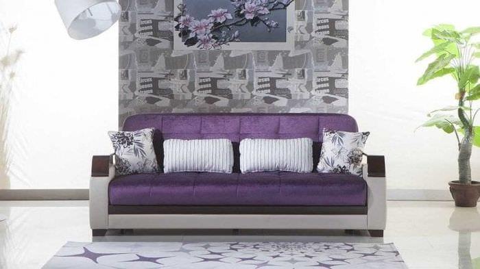 темный фиолетовый диван в декоре гостиной