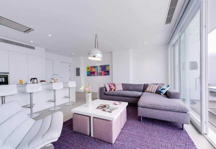 темный фиолетовый диван в дизайне коридора