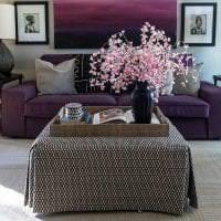 темный фиолетовый диван в декоре дома фото
