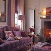 темный фиолетовый диван в дизайне квартиры картинка