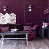 темный фиолетовый диван в стиле гостиной картинка