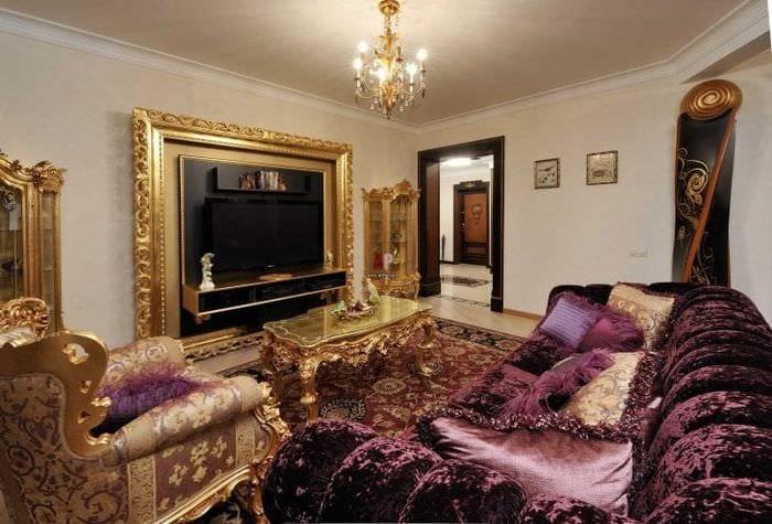 темный фиолетовый диван в интерьере коридора