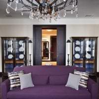 темный фиолетовый диван в интерьере прихожей фото