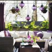 темный фиолетовый диван в дизайне прихожей картинка