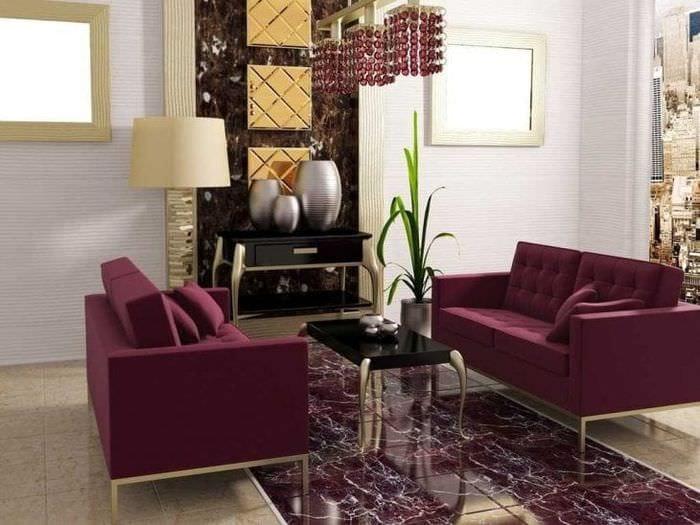 темный фиолетовый диван в декоре дома