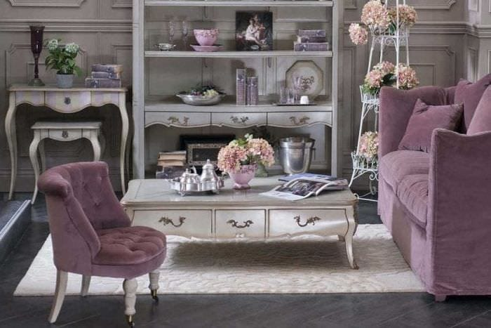 светлый фиолетовый диван в стиле коридора