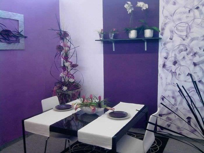 яркий интерьер спальни в фиолетовом цвете