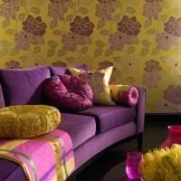 светлый фиолетовый диван в интерьере дома картинка