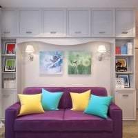 темный фиолетовый диван в стиле гостиной фото