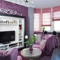 темный фиолетовый диван в дизайне дома картинка