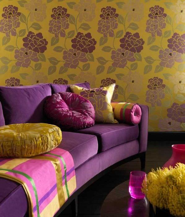 темный фиолетовый диван в стиле гостиной