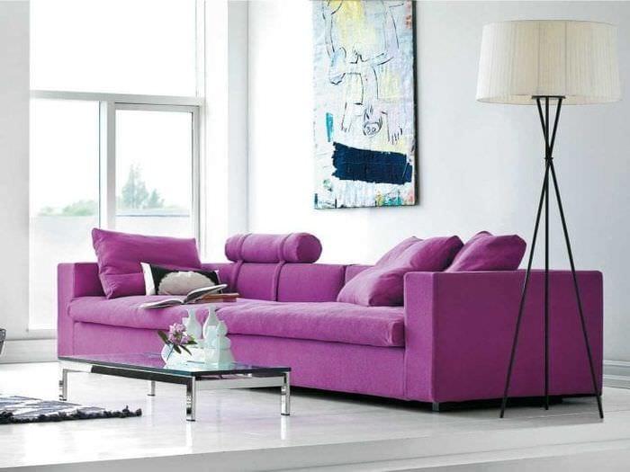 темный фиолетовый диван в интерьере спальни