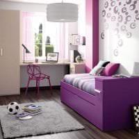 темный фиолетовый диван в стиле квартиры картинка