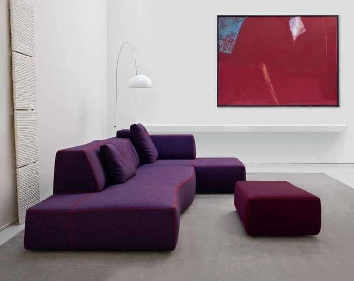 светлый фиолетовый диван в декоре гостиной