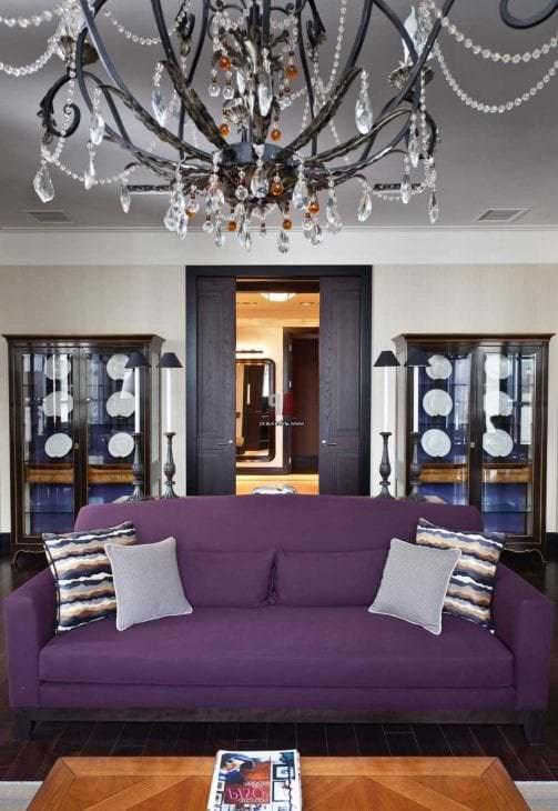 светлый фиолетовый диван в дизайне прихожей