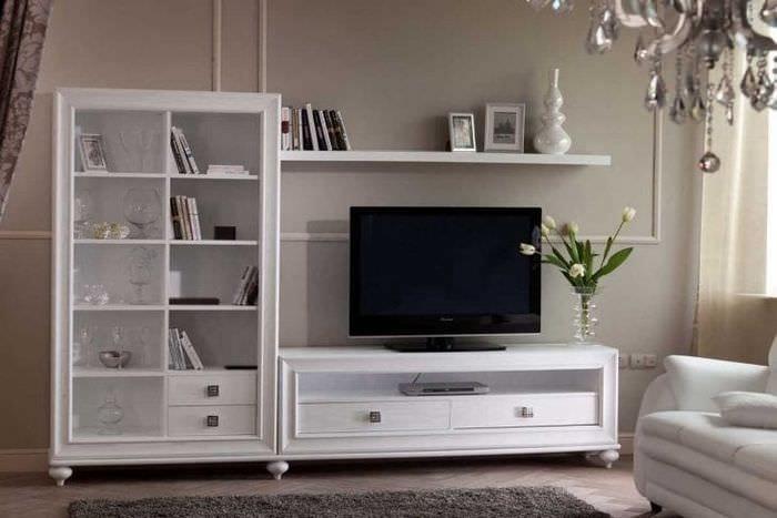 светлая белая мебель в декоре гостиной