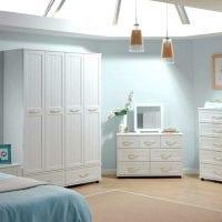 светлая белая мебель в дизайне прихожей фото