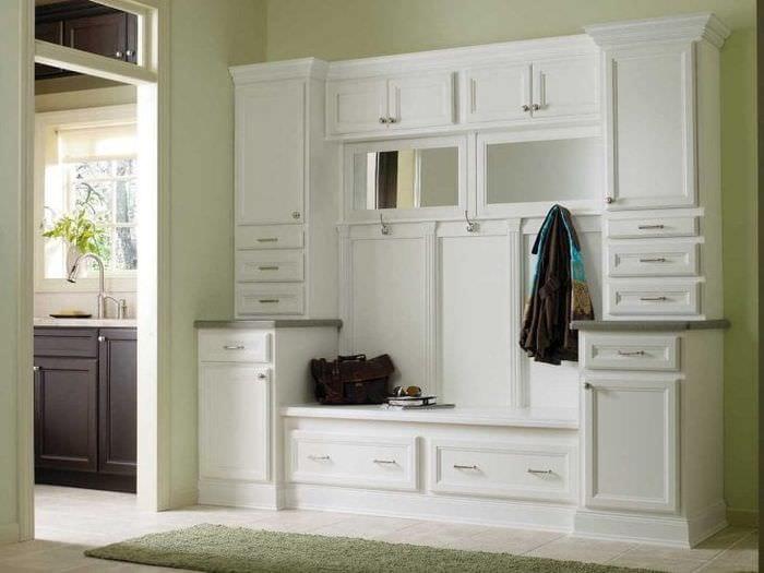светлая белая мебель в декоре коридора