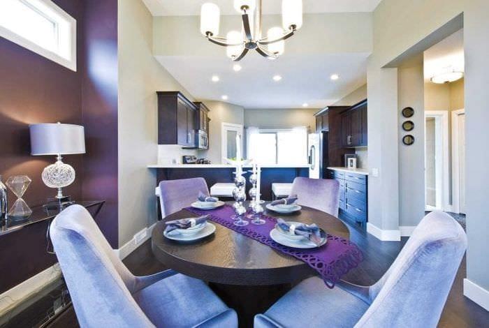 необычный дизайн коридора в фиолетовом цвете