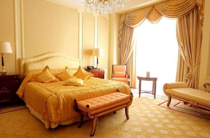 светлый декор гостиной в стиле барокко