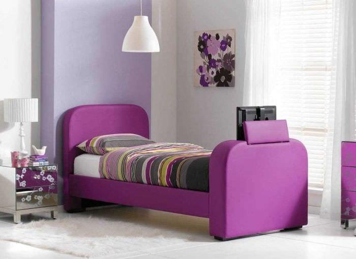 яркий дизайн прихожей в фиолетовом цвете