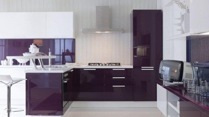 необычный дизайн кухни в фиолетовом цвете